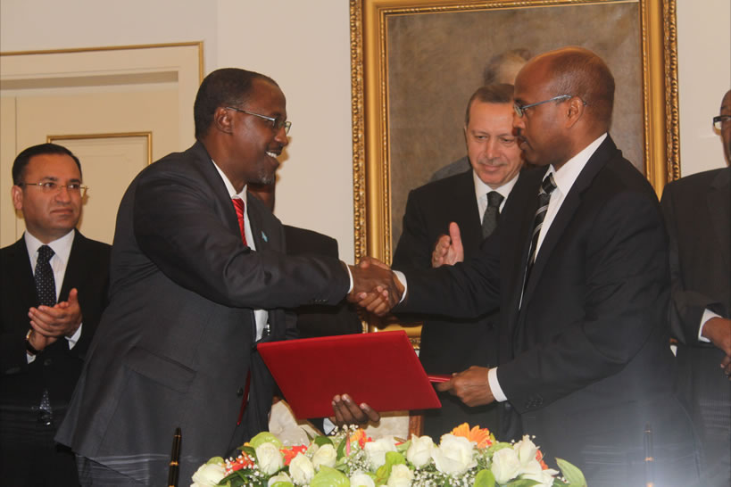 Somalia Minister for Interior (L) shaking hands with Somaliland Minister of Forgein Affairs (R), Ankara Credit- Hiiraan